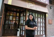Raquel Contreras, la dueña del bar Gerardo, a las puertas del local donde fue detenido César Román.