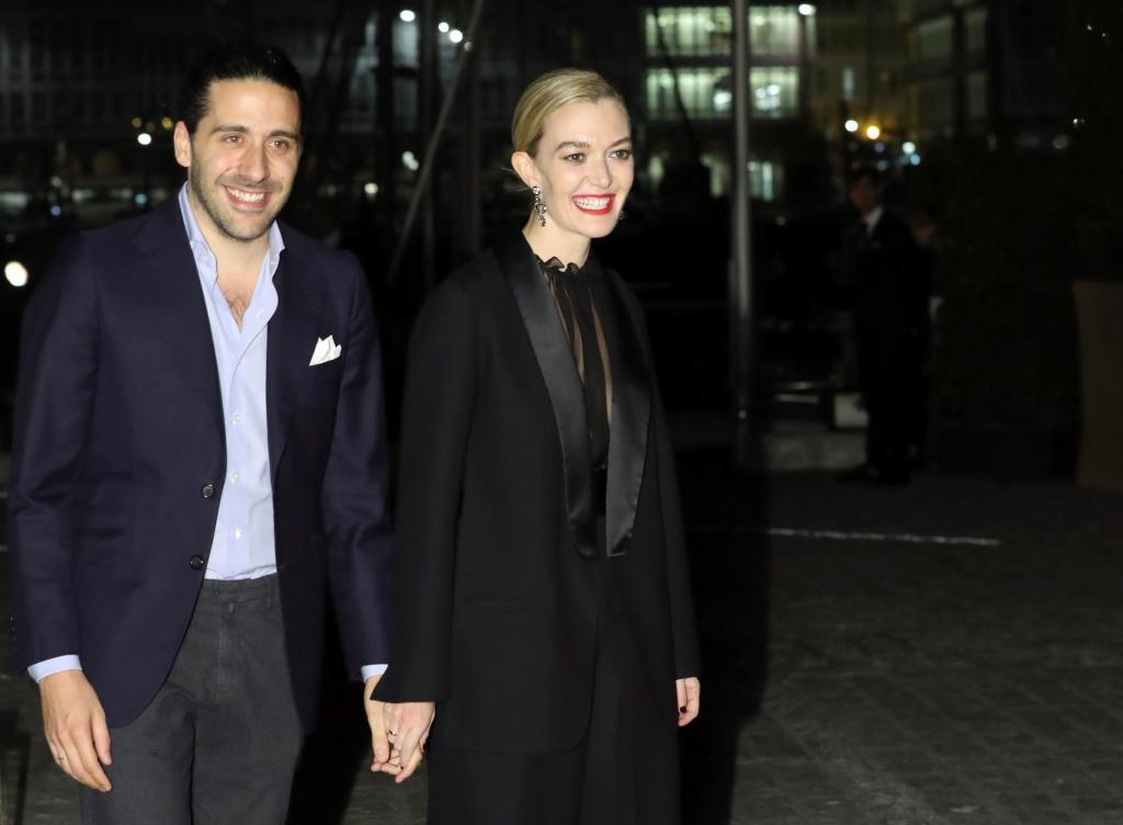 La empresaria luce un tuxedo negro de Valentino combinado con zapatos...