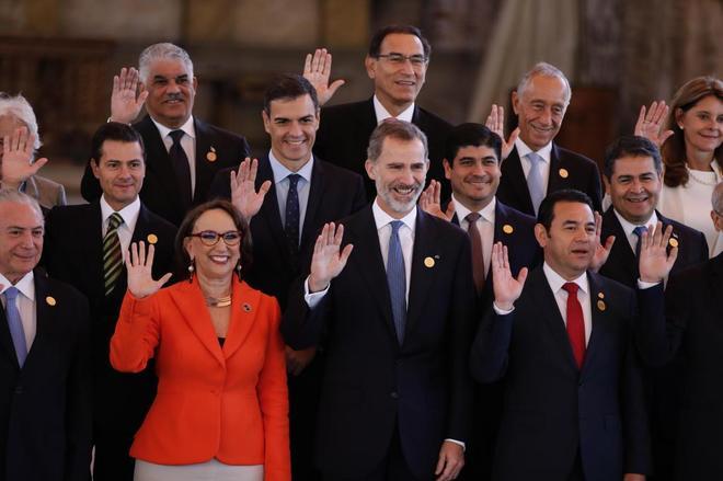 El rey Felipe y Pedro Sánchez posan con mandatarios latinoamericanos antes de la cumbre.