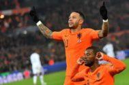 Georginio Wijnaldum y Memphis Depay celebran un gol ante Alemania.