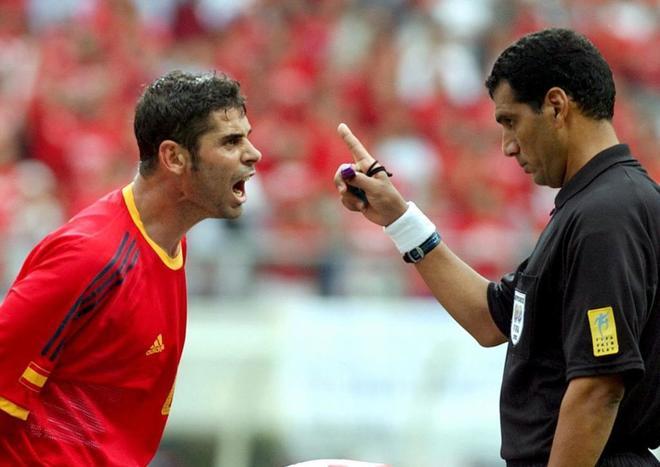 Fernando Hierro protesta a Al-Ghandour, durante el partido de cuartos de final del Mundial de 2002.