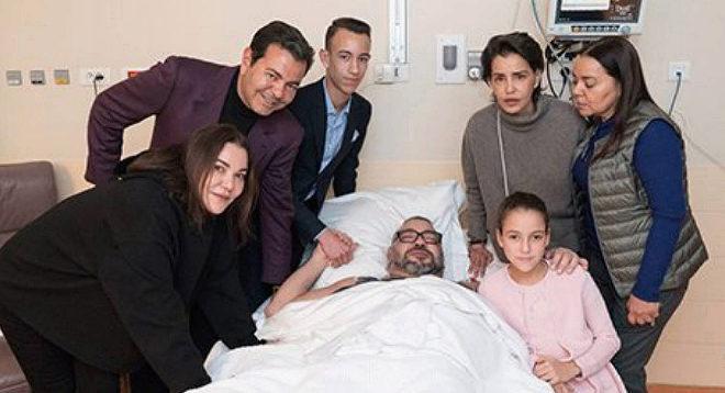 Un convaleciente Mohamed VI junto a su familia después de que los médicos le operasen en París de una arritmia cardíaca.