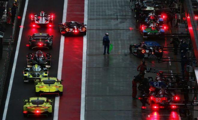 Coches en el 'pit lane' durante la última sesión libre del sábado en Shanghai.