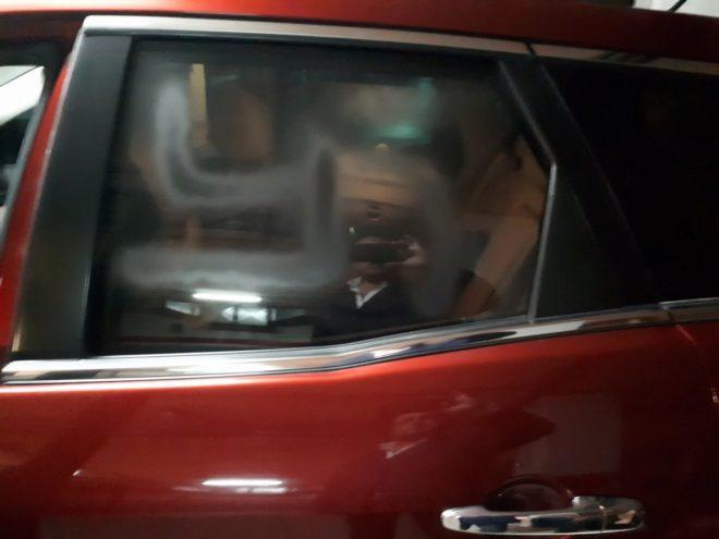 Esvástica pintada en el vehículo de Alejandro Fernández.