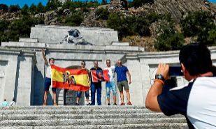 Varias personas se fotografían en la explanada del Valle de los...