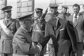 El dictador Francisco Franco (i) es saludado por el jefe del Gobierno,...