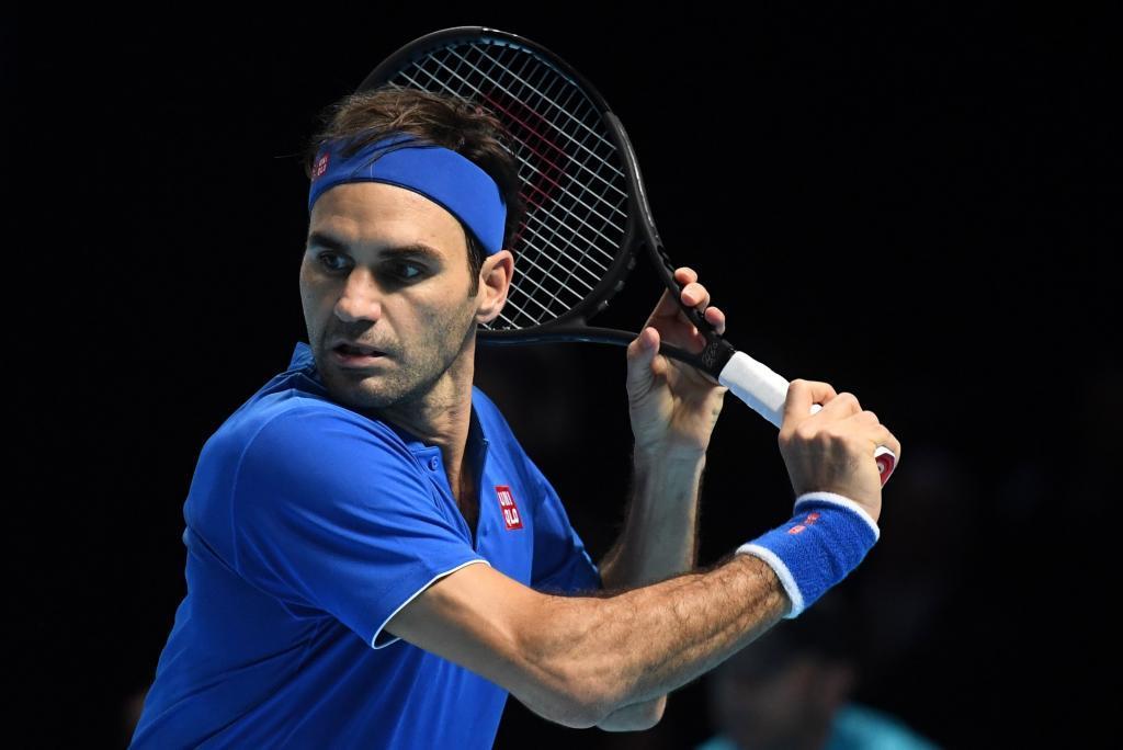 NGH01. LONDRES (REINO UNIDO), 15/11/2018.- El tenista suizo Roger Federer en acción ante el sudafricano Kevin Anderson durante un partido de las finales ATP de Londres en el O2 Arena de Londres, Reino Unido, hoy, 15 de noviembre de 2018. El suizo Roger Federer ha ganado el primer set contra el sudafricano Kevin Anderson, por 6-4 y con ese resultado ha obtenido la clasificación para las semifinales de las Nitto Finales ATP que se disputan en Londres. EFE/Neil Hall