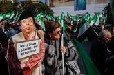 Una manifestante exhibe una foto crítica con la ausencia del...