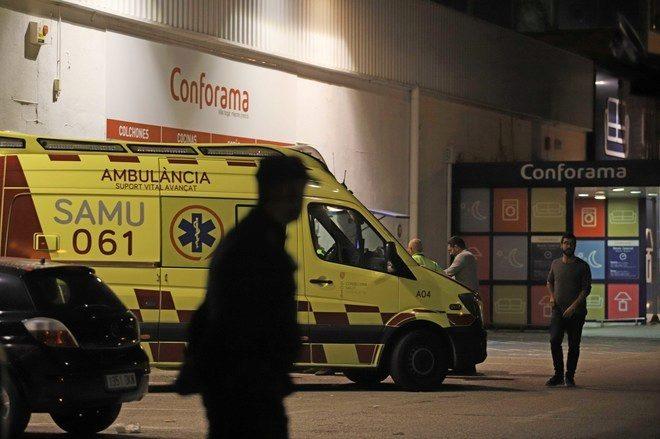 La ambulancia con el cuerpo aún dentro de la mujer asesinada en Palma.