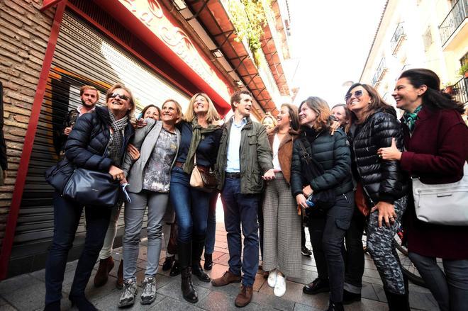 Pablo Casado se retrata con un grupo de mujeres en el centro de Córdoba este sábado.