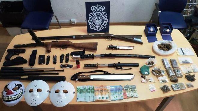 Material incautado el detenido por la Policía Nacional.