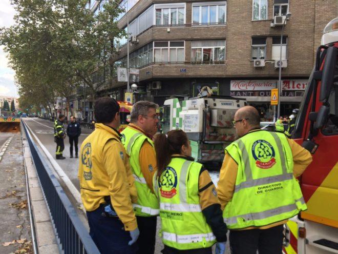 Los médicos del Samur en el lugar del accidente. A la derecha la barredora del Ayuntamiento