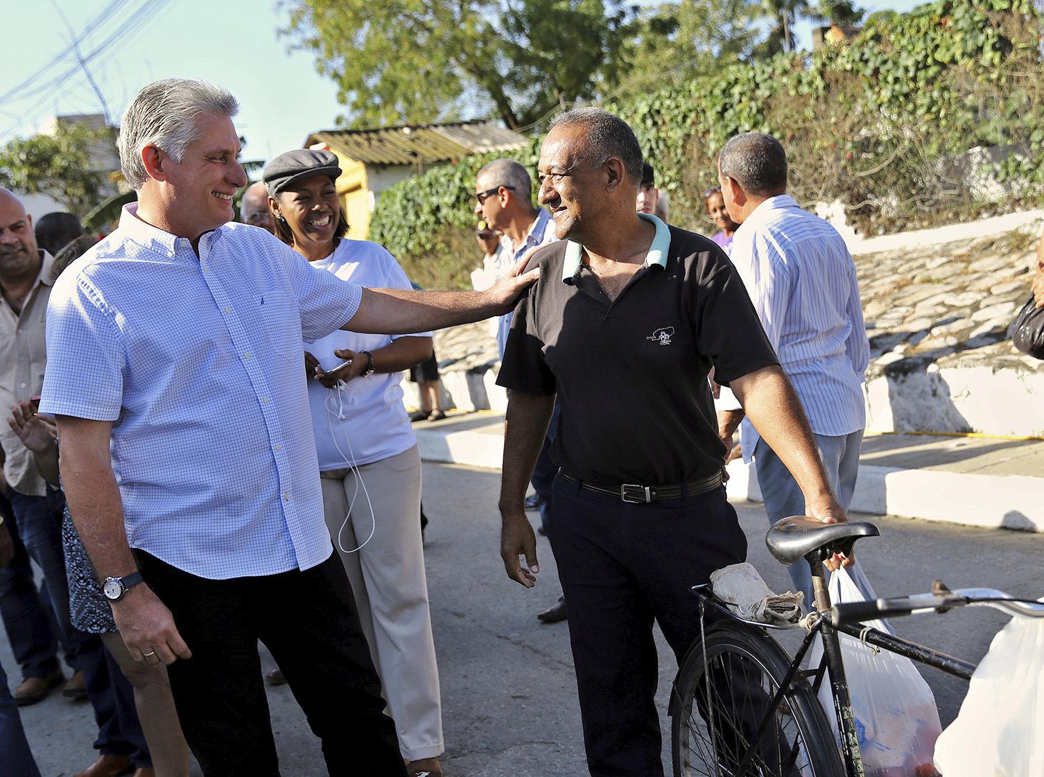 El presidente cubano Miguel Díaz-Canel conversa con un residente local de la provincia de Santa Clara.