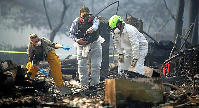 Equipos de rescate buscan supervivientes en la ciudad de Paradise, California.