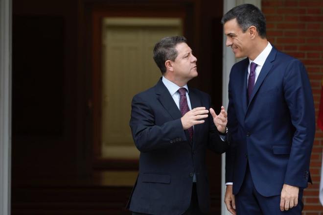 El presidente del Gobierno, Pedro Sánchez, recibe en La Moncloa a Emiliano García-Page.