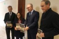 Durán, tercero por la izquierda, junto al alcalde socialista de Palma del Río, a la derecha, en uno de los actos denunciados.