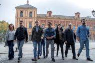 Moreno, Casado, Beltrán, Zoido y otros dirigentes del PP, junto al Palacio de San Telmo, sede de la Presidencia de la Junta.