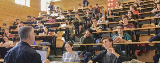 Alumnos durante una prueba de evaluación para acceder a la...