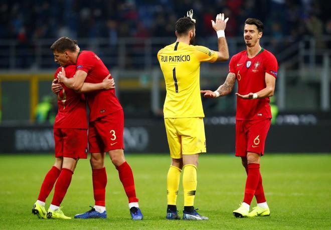 Los jugadores portugueses celebran el empate en Italia y el pase a la Final Four.