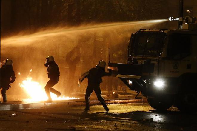 Batalla campal en Atenas tras la marcha que conmemoraba el levantamiento universitario de 1973