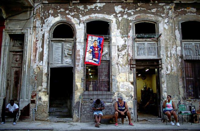 Una toalla con la imagen del argentino Leo Messi cuelga de una ventana en la Habana, Cuba.