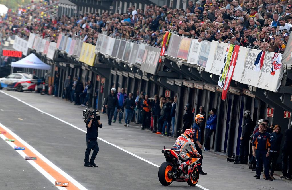 TOPSHOT - Repsol Honda's Spanish rider Marc Marquez returns to the pit after the MotoGP qualifying session of the Valencia Grand Prix at the Ricardo Tormo racetrack in Cheste on November 17, 2018. (Photo by JOSE JORDAN / AFP)