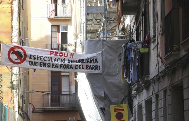 Pancarta contra los desalojos en el barrio del Raval, en Barcelona.