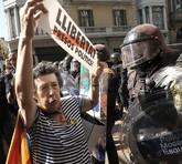Una manifesante independentista delante de los Mossos en Barcelona,...