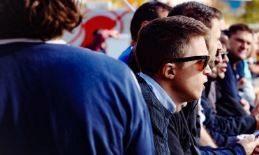 Íñigo Errejón, viendo un partido de fútbol en Vallecas.