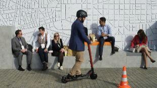 Un visitante del Smart City celebrado en Barcelona probando el...