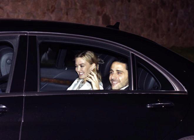 Marta Ortega, heredera del imperio Inditex, y su marido Carlos Torretta a su llegada al banquete nupcial tras su boda.