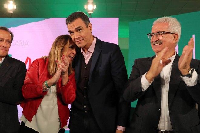 El presidente del Gobierno, Pedro Sánchez, la candidata a la reelección, Susana Díaz, y el vicepresidente de la Junta, Manuel Jiménez Barrios, durante el mitin en Chiclana (Cádiz).