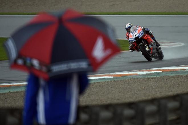 Dovizioso, liderando la carrera de Cheste bajo la lluvia.