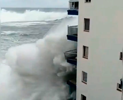 Olas gigantes de varios pisos de altura obligan a evacuar decenas de viviendas en Tenerife
