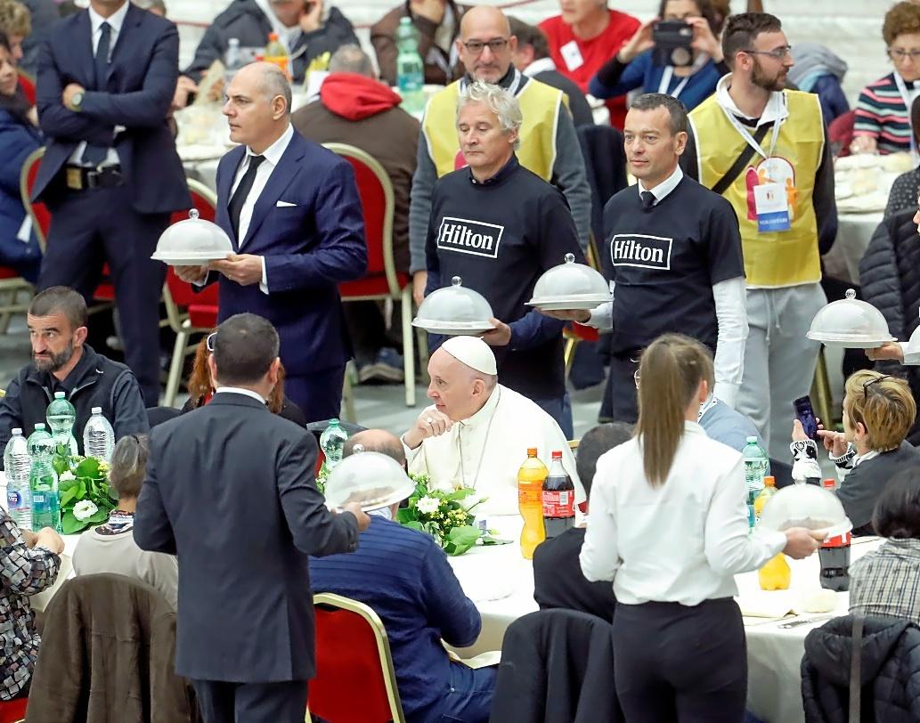 El papa Francisco almuerza con 1.500 personas necesitadas y pide escuchar
