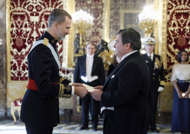 Felipe VI recibe las cartas credenciales del nuevo embajador de Estados Unidos, Richard Duke Buchan.