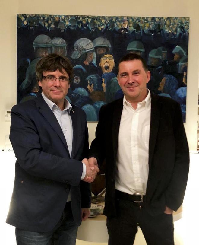 Carles Puigdemont (izquierda) y Arnaldo Otegi.