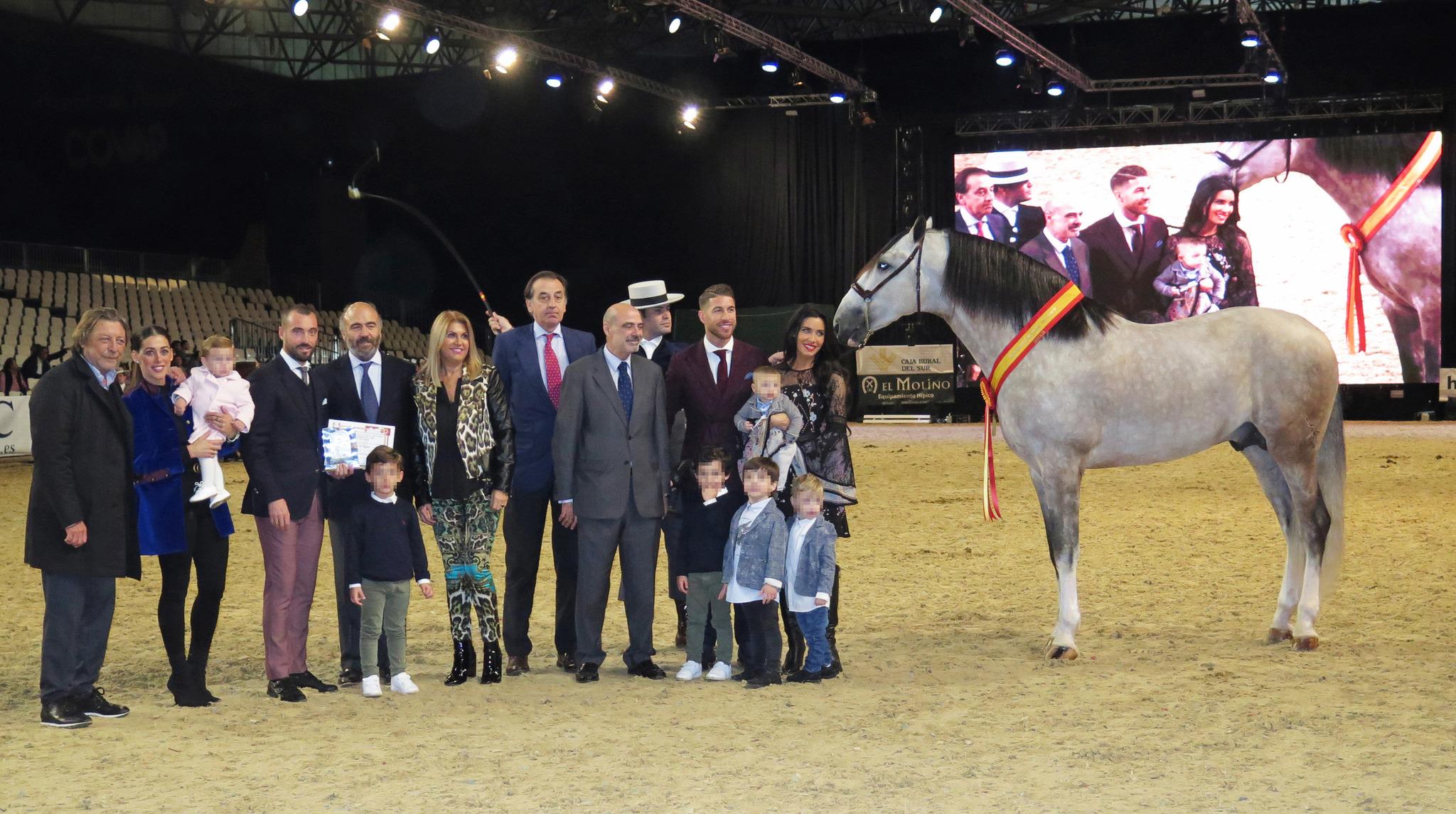 Sergio Ramos con su mujer, Pilar Rubio, sus hijos y familia, recogiendo el premio a su caballo 'Yucatán de Ramos', Campeón del Mundo de la raza PRE.