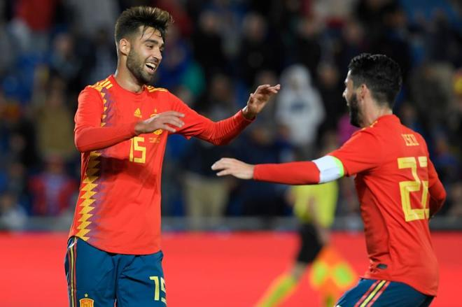 Brais Méndez celebra con Isco el gol de la victoria ante Bosnia.