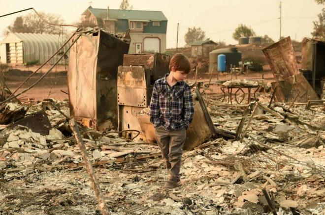 California sigue luchando contra el fuego a la espera de la llegada de la lluvia este miércoles