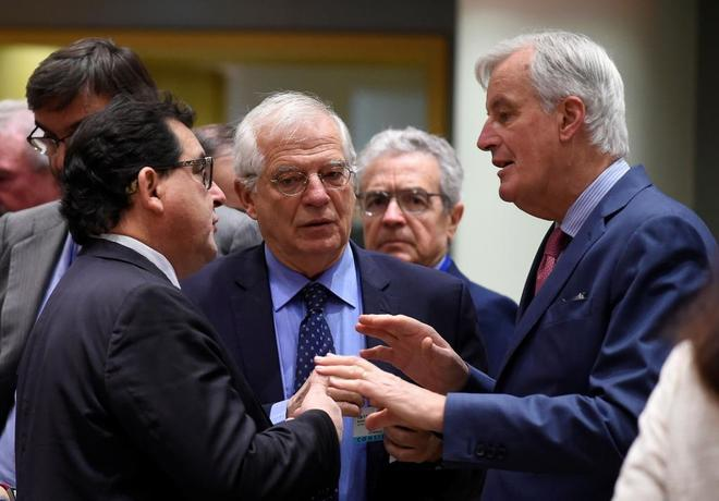 El ministro español de Exteriores, Josep Borrell, junto al negociador de la UE para el Brexit, Michel Barnier (dcha.), hoy en Bruselas.