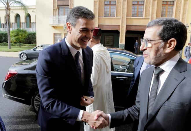 Pedro Sánchez saluda al primer ministro marroquí, Saad Eddine El Othmani, antes de su encuentro en Rabat.