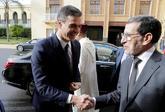 Pedro Sánchez saluda al primer ministro marroquí, Saad Eddine El...
