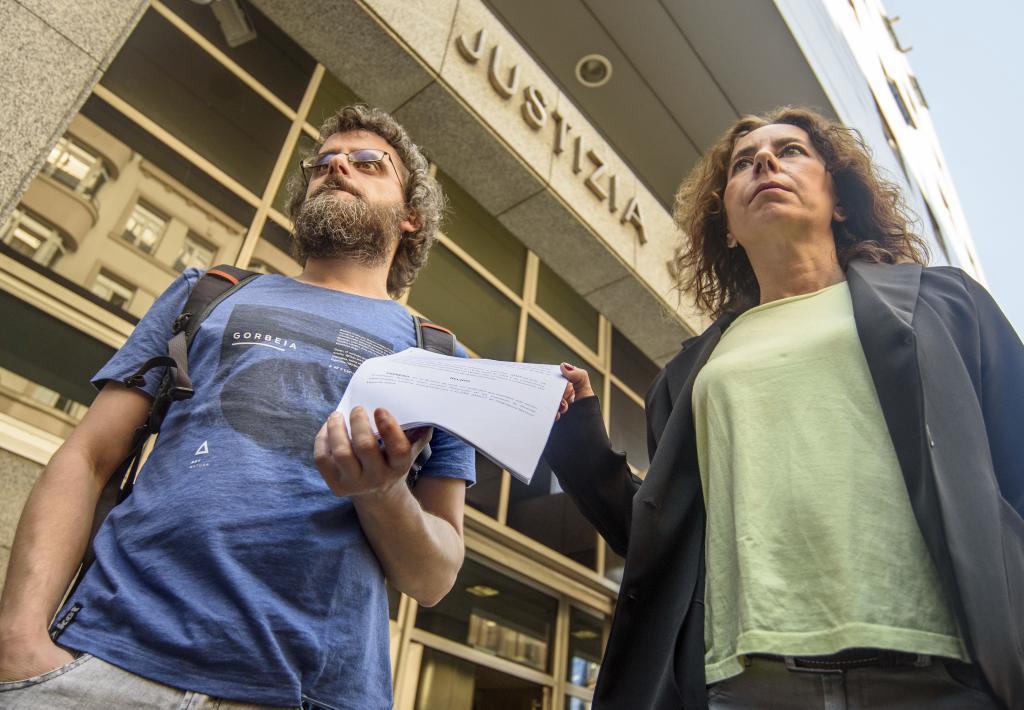 Los abogados de ESK y LAB antes de presentar su demanda ante el TSJPV.
