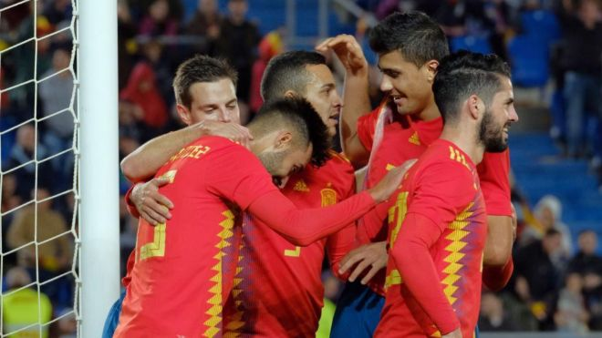 Jugadores de la selección española celebran un gol.