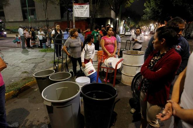 Habitantes de Ciudad de México esperan su turno para abastecerse de agua.