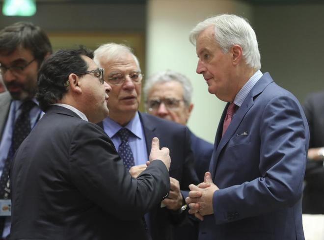 Josep Borrell, ayer en Bruselas, junto a Michel Barnier, negociador de...