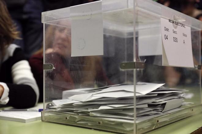 Una de las urnas con papeletas de votos en su interior durante las...