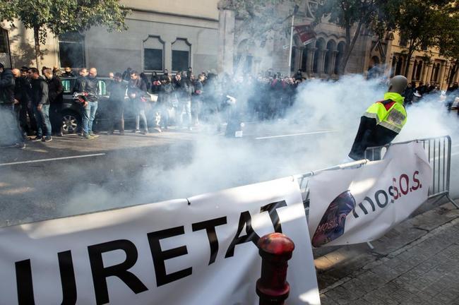 Protesta de Mossos frente al Departamento de Interior este lunes