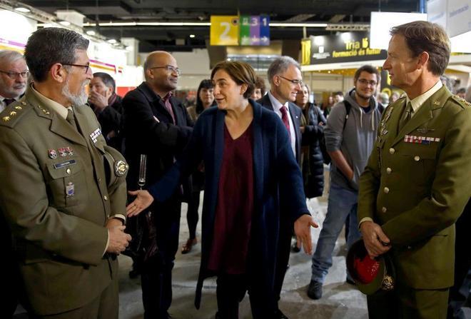 La alcaldesa Ada Colau se dirigió a los miembros del Ejército que estaban en el estand durante la edición de 2016 para recordarles que el Ayuntamiento no veía bien su participación.